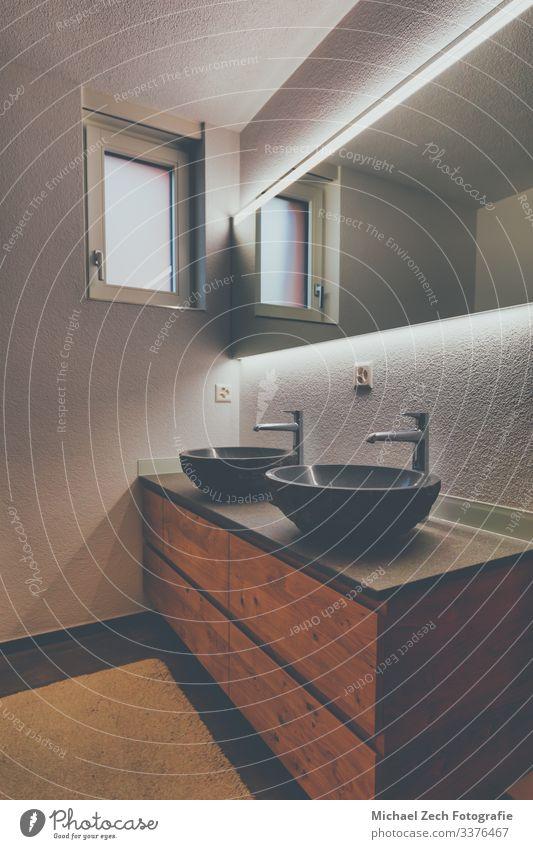 Interieur eines modernen Badezimmers mit braunen Möbeln Lifestyle Reichtum elegant Stil Design Wohnung Haus Dekoration & Verzierung Spiegel Badewanne