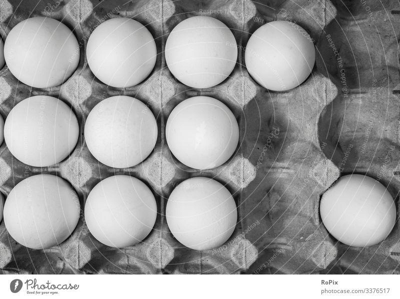 Eier in einer Pappverpackung. Ostereier Hühnerei Ostern Tradition Fest Osterfest Eigelb hartgekocht egg eggs Korb Osternest eastern Rattan Farbverlauf Färbung