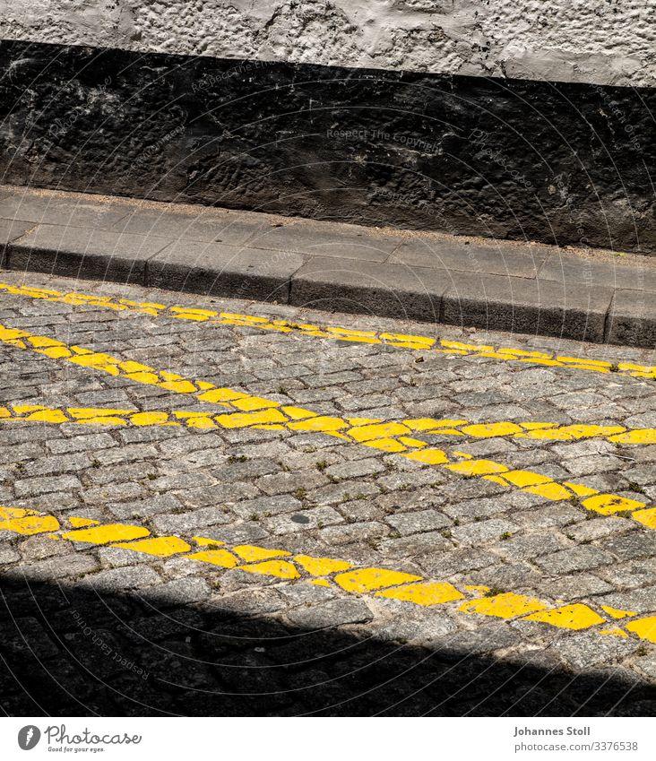 Street Art Asphalt Teer Beton Pflastersteine Kopfsteinpflaster Fahrbahnmarkierung gelb WAnd Fassade Schwarz grau Bordstein Markierung Textmarker Kreuz Parkplatz