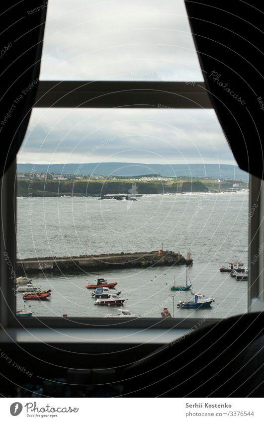 Fenster-Ansicht Umwelt Natur Landschaft Wasser Himmel Wolken Gewitterwolken Herbst Regen Gras Hügel Felsen Wellen Küste Nordirland Großbritannien Europa Dorf