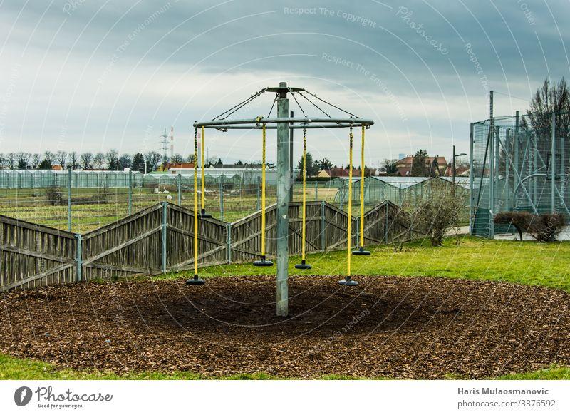 leerer, verlassener Kinderspielplatz am Sonntag Erde Klima Garten Park Kleinstadt Stadt trist Solidarität Inspiration einsiedlerisch Einsamkeit aussetzen