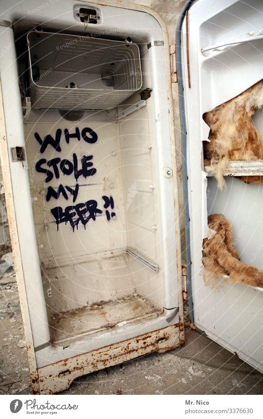 Bäh! | geht ja gar nicht ! Bier Kühlschrank Küche leer rustikal müll Inhalt Elektrisches Gerät Graffitti gebraucht dreckig Vergänglichkeit schäbig Eisfach
