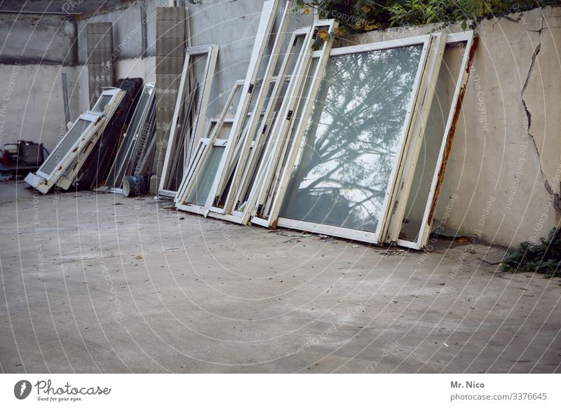 Alte Fenster im Hinterhof Fensterscheiben Glas Glaserei Hof alt gebraucht Mauer Reflexion Spiegelung Innenhof Handwerk Baustelle Material Arbeitsplatz Betrieb