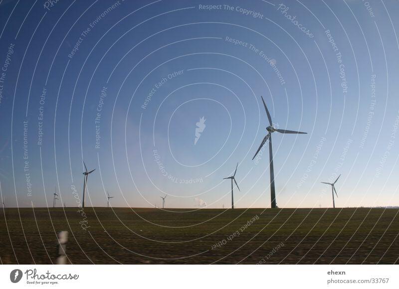 Windmühle Richtung Berlin Himmel ruhig Industrie Windkraftanlage drehen
