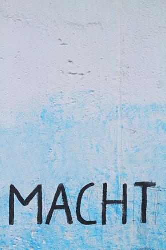 Macht Machtkampf Mauer Wand blau Fassade Architektur Haus Buchstaben Schriftzeichen Text Zeichen Graffiti Wort Typographie Schmiererei Straßenkunst Kunst