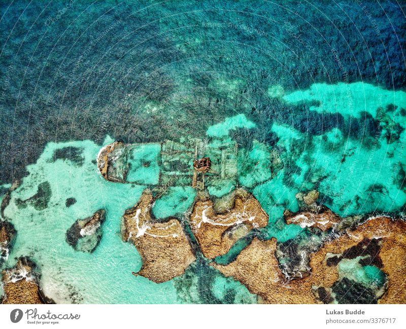 Drohnenfoto von einem Schiffswrack im Meer zwischen Felsen auf Rottnest Island in Australien Luftaufnahme Korallenriff Drohnenbilder Quokka bunt türkis reisen