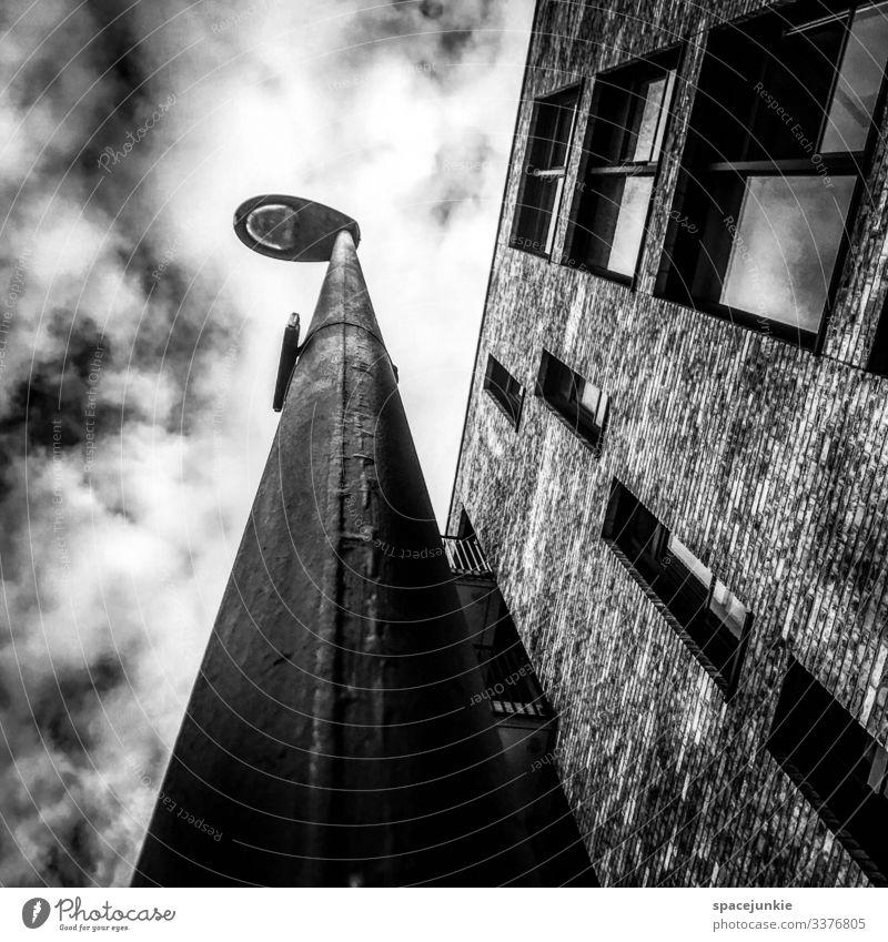 Light Haus Fenster dunkel Architektur kalt Traurigkeit Gebäude außergewöhnlich träumen Hochhaus Laterne Stadtzentrum eckig Surrealismus Symmetrie