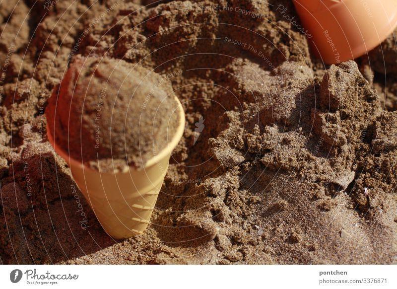 Eiskugel aus Sand in Sandförmchen Spielen täuschung sand urlaub strand sandförmchen spielzeug eistüte plastik eiskugel kindheit spaß Sommer Außenaufnahme