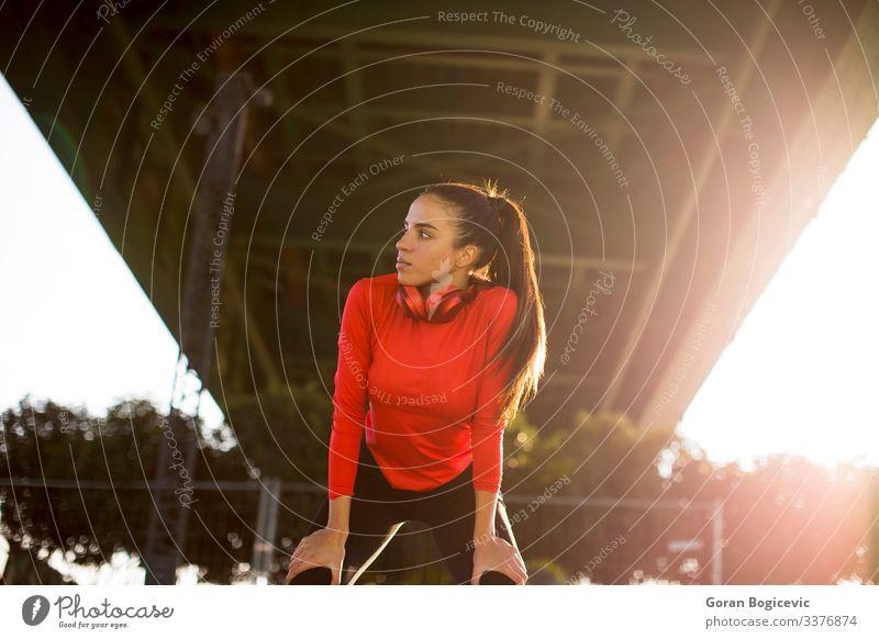 Attraktive Läuferin macht nach dem Joggen im Freien eine Pause Lifestyle Erholung Sport Mensch Junge Frau Jugendliche Erwachsene 1 18-30 Jahre Fitness rot