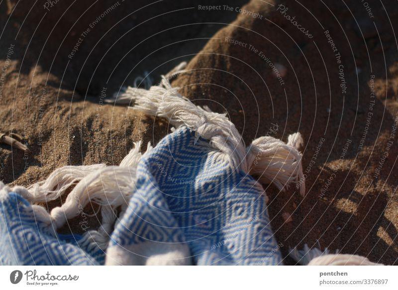 Hamambadetuch liegt auf Sand am Strand urlaub handtuch fransen hamambadetuch sand schatten blau weiß Ferien & Urlaub & Reisen Meer Außenaufnahme Erholung Natur
