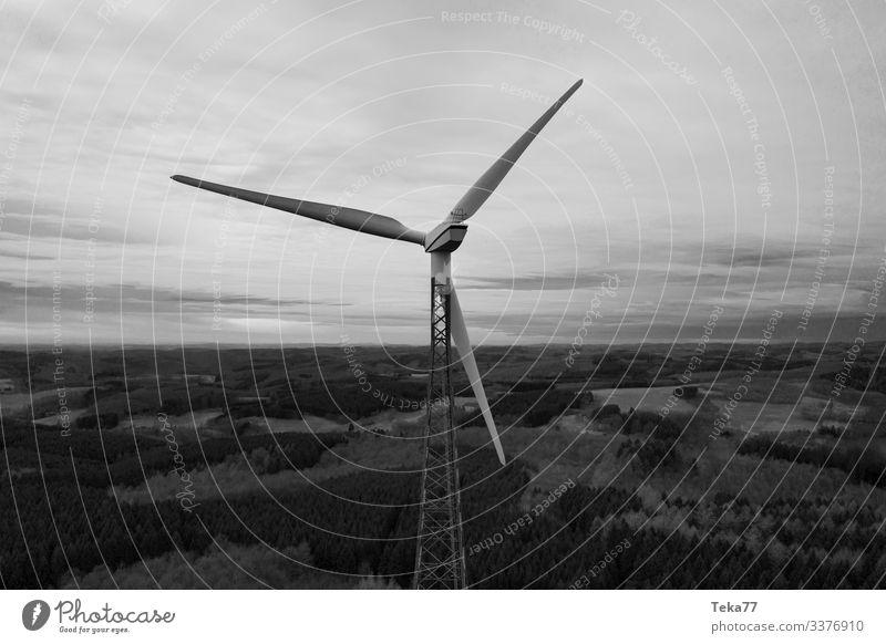 #Winrad SW Winter Energiewirtschaft Erneuerbare Energie Windkraftanlage ästhetisch Schwarzweißfoto Farbfoto Außenaufnahme