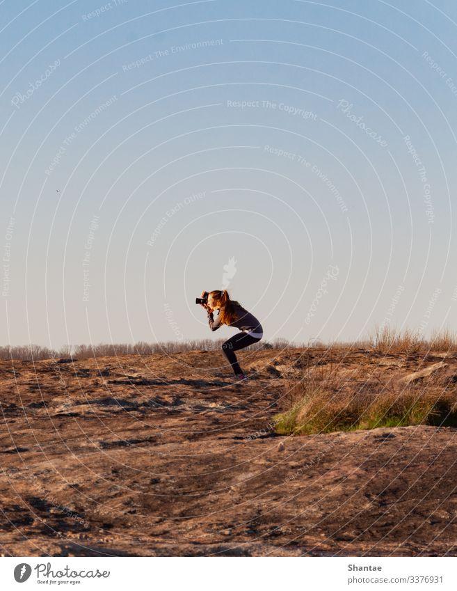 Die Haltung des Fotografen Körper Fotografie Ferien & Urlaub & Reisen Berge u. Gebirge wandern Beruf Fotokamera 1 Mensch Künstler Natur Erde beobachten hocken