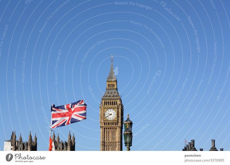 Big Ben und Union Jack Flagge vor blauem Hinmel Ferien & Urlaub & Reisen Tourismus Sightseeing Städtereise London Turm Bauwerk Gebäude Sehenswürdigkeit