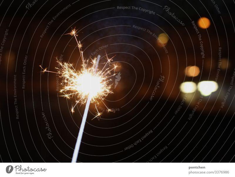 Wunderkerze und Lichtpunkte erleuchten den dunklen Raum. abbrennen sternwerfer feiern party Weihnachten silvester lichtpunkte Blitzlichtaufnahme Feste & Feiern