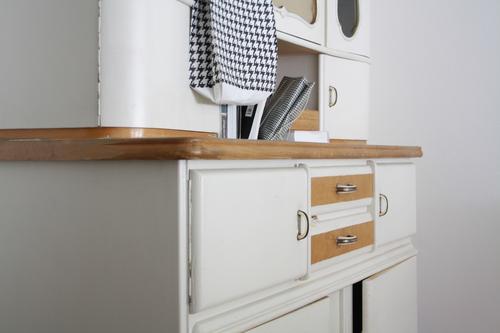 Teilansicht eines weißen Vintage Küchenschrank Häusliches Leben einrichten Innenarchitektur Möbel Wohnzimmer Kitsch Krimskrams alt altehrwürdig küchenbuffet