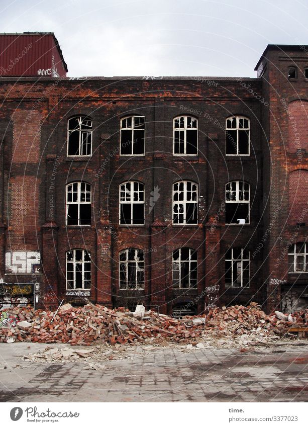 Bruchbude Haus Traumhaus Ruine Bauwerk Gebäude Mauer Wand Fassade Fenster Dach lost places Bauschutt Stein Graffiti alt dunkel historisch kaputt trashig Stadt