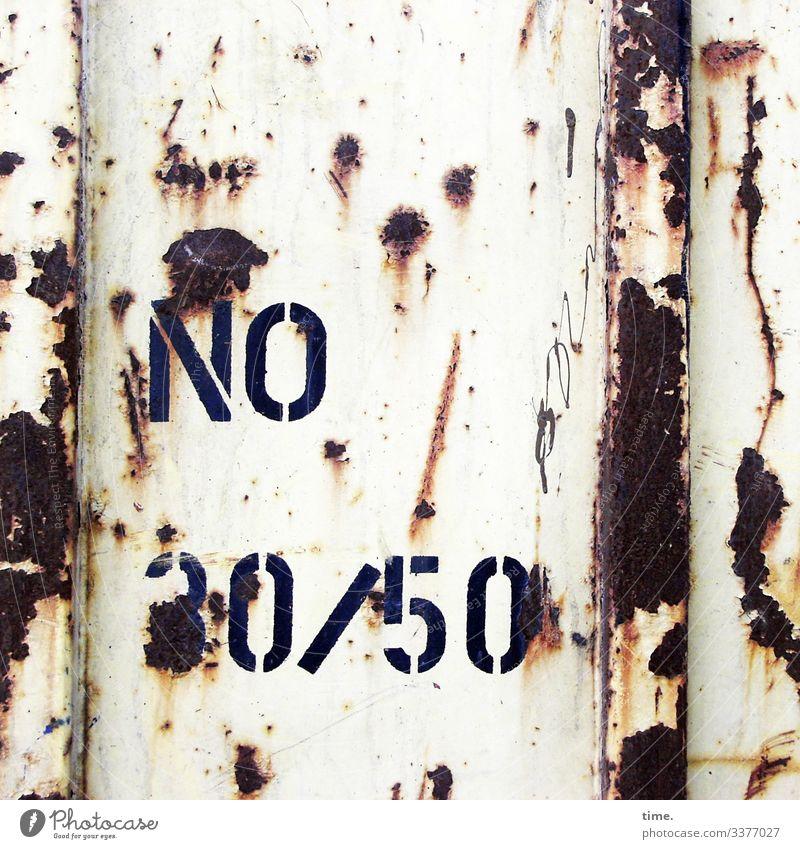 Nach neuer Titelordnung wird darauf hingewiesen werden, dass dieses Foto Zahlen, Buchstaben, Rost, eine Rohrleitung und alten Lack enthält lack zahl buchstabe