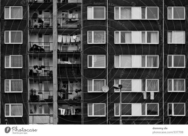 apartment b3 Stadt Hauptstadt Skyline überbevölkert Haus Hochhaus Gebäude Architektur Mauer Wand Fassade Balkon Fenster Gefühle Traurigkeit Trauer Einsamkeit