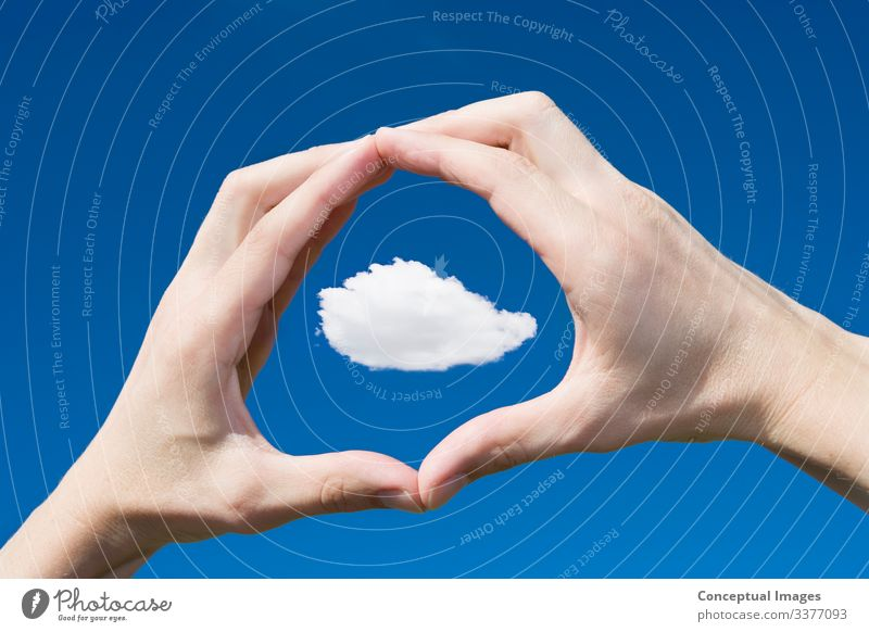 Mann rahmt eine Wolke in seinen Händen Wolken Idee Kreativität Fokus menschliche Hand persönliche Perspektive Skala Prüfung Sichtweise Freiheit gestikulierend
