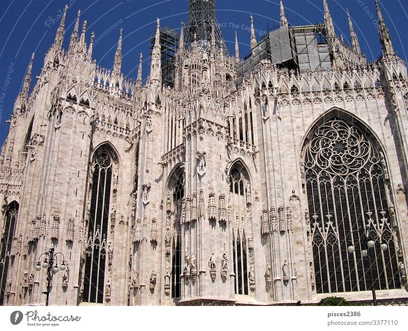 Windows and white marble architecture of the cathedral in Milan Skyline Dom Fassade Tower (Luftfahrt) Religion & Glaube history landmark Italien gothic roof