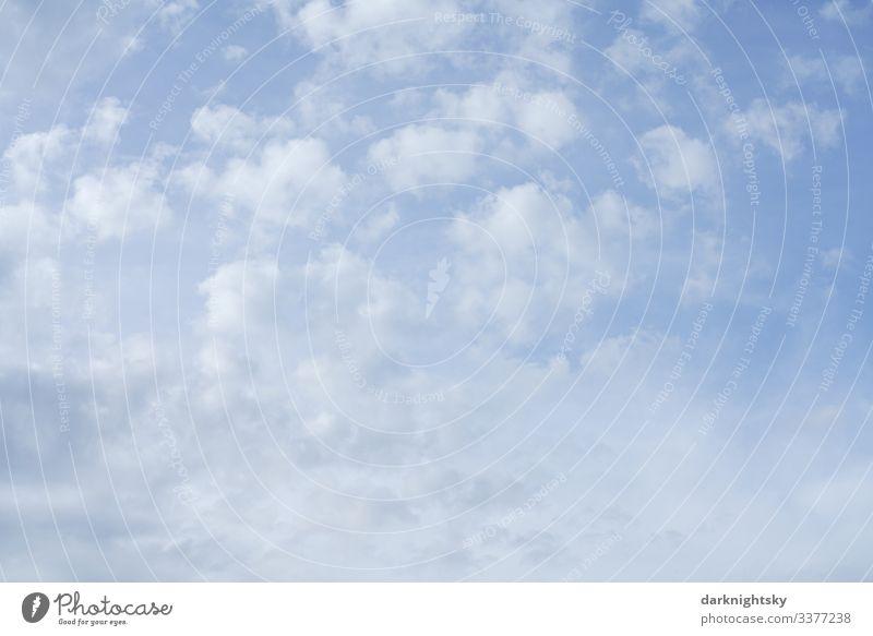 Helle weiße blaue Regen Wolken mit Durchblick in die höhere Atmosphäre zur Dämmerung. Blauweiße Stimmung. Umwelt Natur Landschaft Luft Wasser Himmel nur Himmel