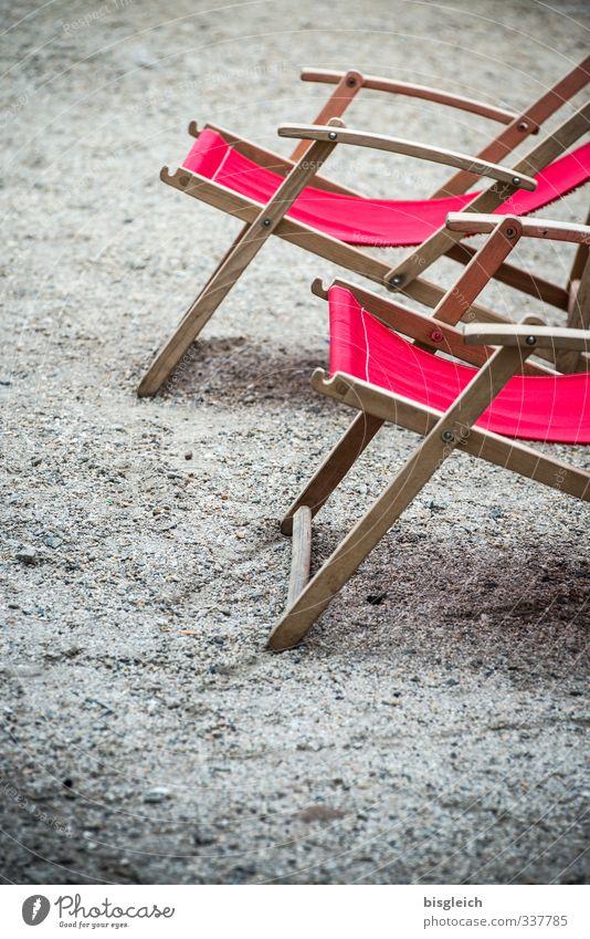 Warten auf den Sommer Wellness Erholung ruhig Ferien & Urlaub & Reisen Sommerurlaub Sonne Sonnenbad Liegestuhl grau rot Farbfoto Außenaufnahme Menschenleer