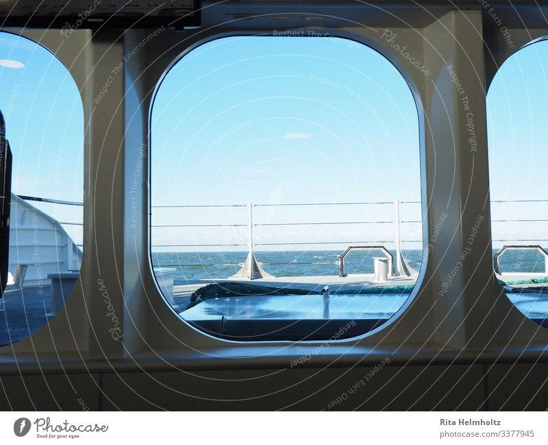 Blick auf die See Ferien & Urlaub & Reisen Tourismus Abenteuer Ferne Kreuzfahrt Meer Schifffahrt Passagierschiff Wasserfahrzeug Bullauge An Bord Katamaran