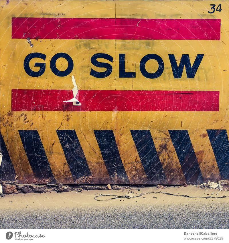 Schriftzug auf Wand langsam Mauer Langsamkeit Verkehr corona COVID Verkehrsschild Verkehrszeichen Schriftzeichen Virus Corona-Virus Schutz Stadt Pandemie