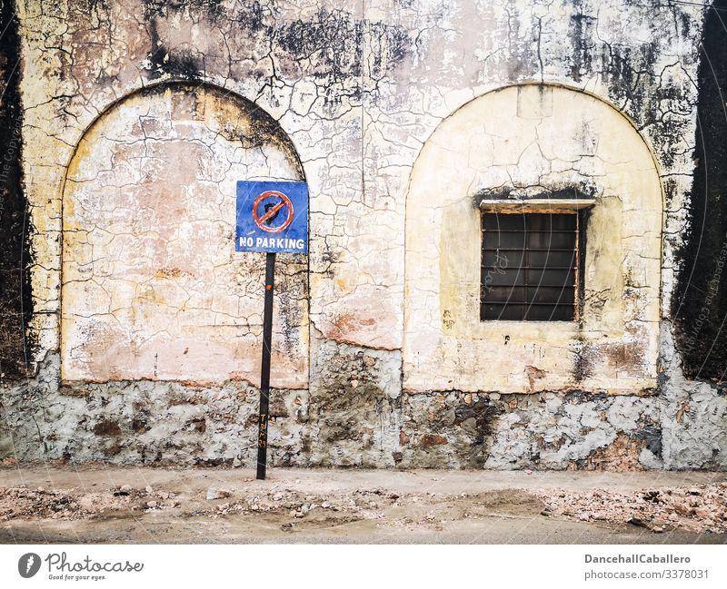 Parken verboten Schild vor alter kaputter Wand Verbotsschild Parkverbot Verbote Verkehrsschild Verkehrszeichen parken Straßenverkehr Schilder & Markierungen