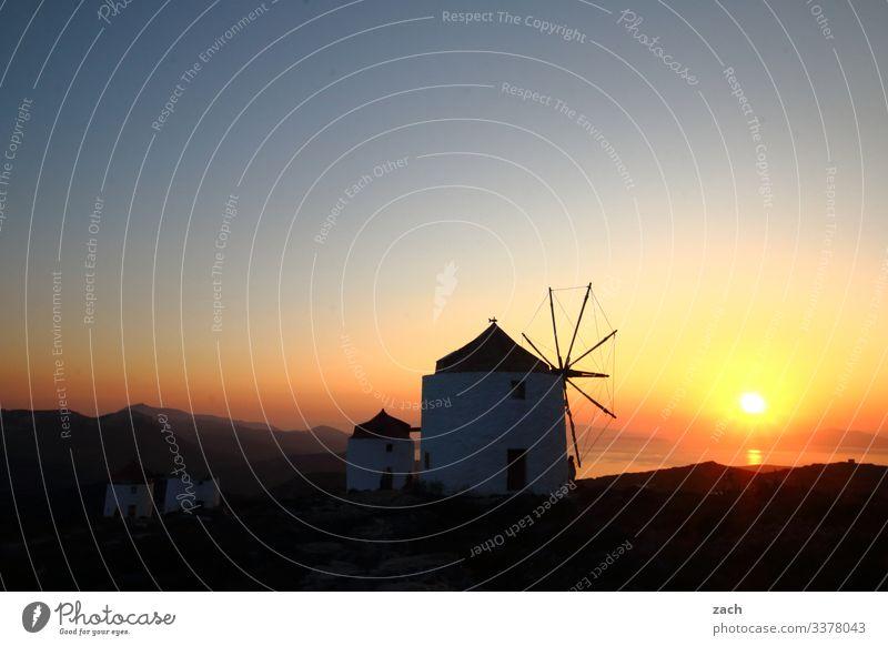 alte Windmühlen im Sonnenuntergang auf einer Insel in Griechenland Ägäis Kykladen Meer Mittelmeer Außenaufnahme Dämmerung Langzeitbelichtung Menschenleer
