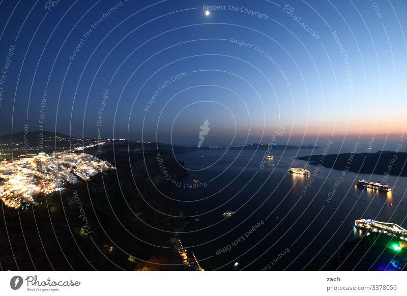 Nachtaufnahme von Santorini mit Blick über die Caldera mit Kreuzfahrtschiffen Kykladen Griechenland Meer Insel Mittelmeer Ägäis Außenaufnahme Farbfoto Dorf