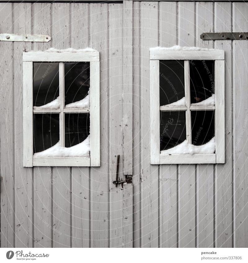 trau.schau.wem Hütte Fassade Fenster Tür Holz Zeichen authentisch einfach grau Verschwiegenheit Winter Sprossenfenster Blick Misstrauen geheimnisvoll Holzhütte