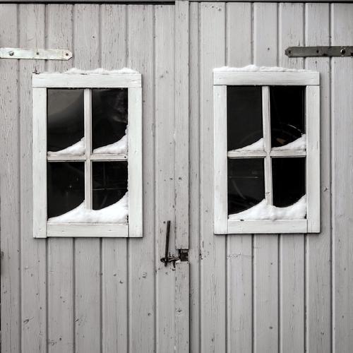 trau.schau.wem Winter Fenster grau Holz Fassade Tür authentisch einfach Zeichen geheimnisvoll Hütte Haus Misstrauen Holzhütte Verschwiegenheit Tag