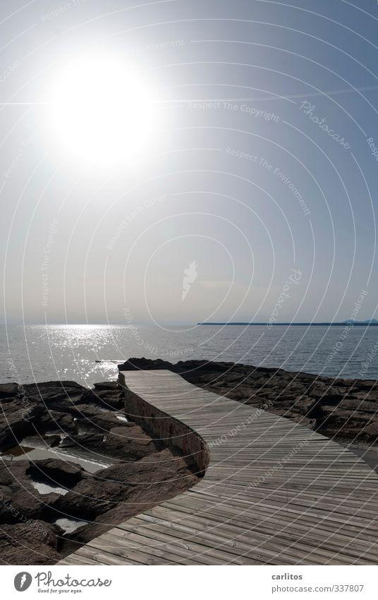 Auf dem Holzweg Umwelt Natur Urelemente Erde Luft Wasser Wolkenloser Himmel Sonne Sommer Schönes Wetter Wärme Felsen Wellen Küste Meer ästhetisch Horizont Ferne