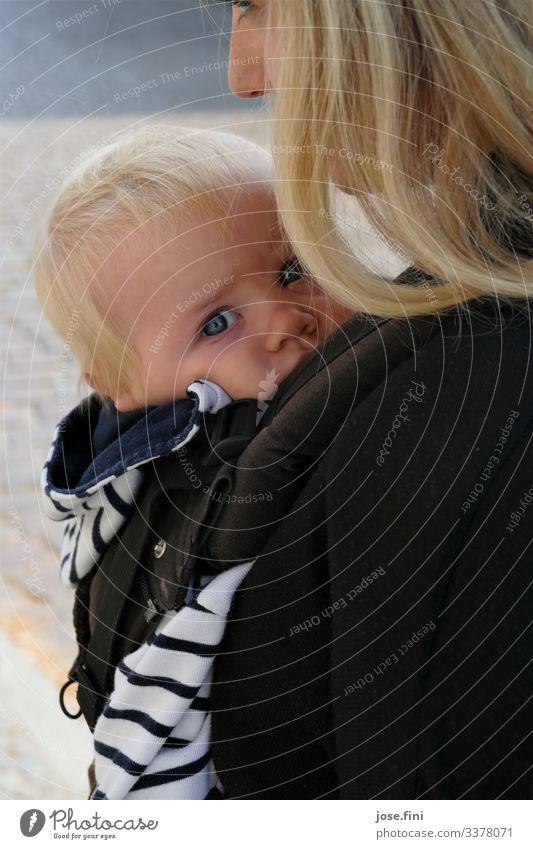 Mutter mit Kind/ Ich bin geborgen Glück Baby Frau Erwachsene Frühling Sommer Schönes Wetter blond entdecken festhalten Liebe authentisch natürlich Neugier