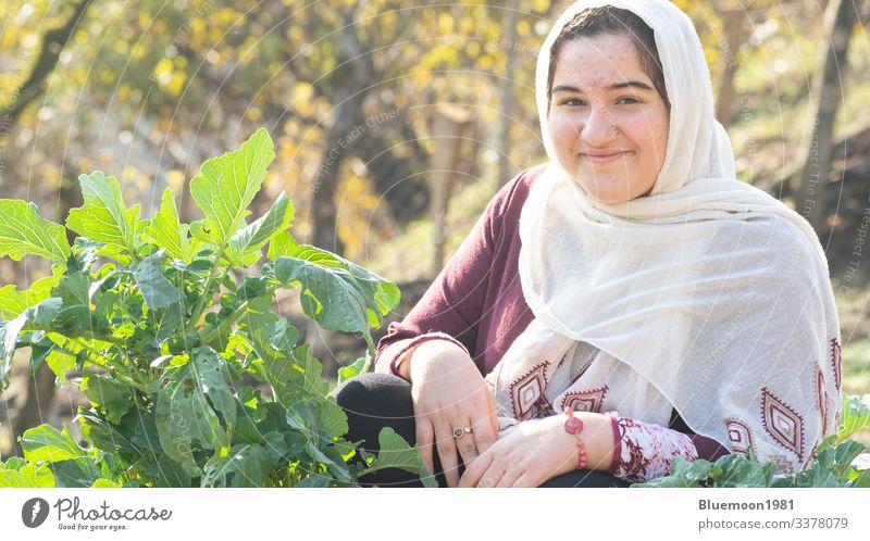 Nahaufnahme eines jungen muslimischen Mädchens mit weißem Schal im Kohlgarten Hijab weißes Tuch attraktiv Ausdruck Kultur Menschen ethnisch Teenager Mode