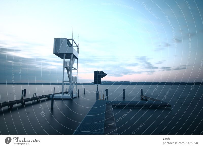 Steg am See, Rettungsturm am Müggelsee Großer Müggelsee Himmel Seeufer Natur Außenaufnahme Köpenick Berlin Friedrichshagen Langzeitbelichtung blau Wasser Wolken