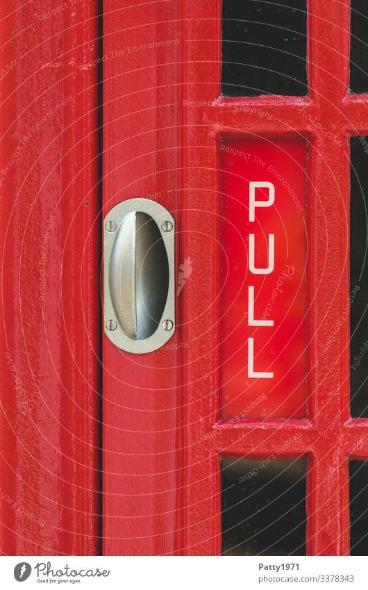 """Türgriff und """"Pull"""" Schriftzug an einer englischen Telefonzelle England Schriftzeichen pull ziehen rot Nostalgie Tourismus aufmachen Farbfoto Nahaufnahme"""