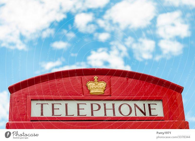 Englische Telefonzelle und ein Stück vom Himmel England hell blau rot Kommunizieren Nostalgie Tourismus Farbfoto Außenaufnahme Detailaufnahme Menschenleer