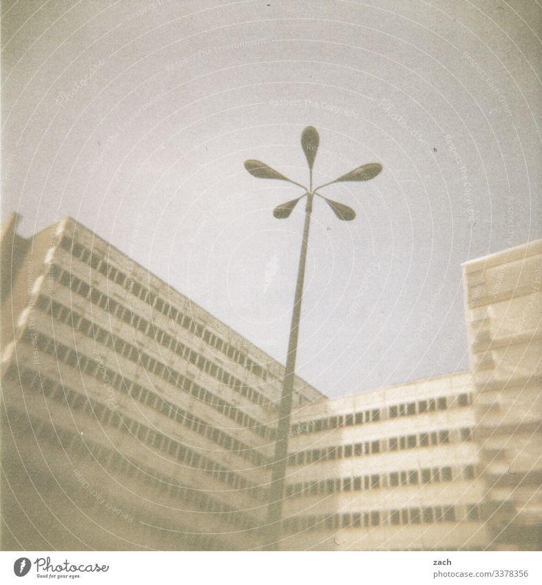 Großstadtwinter Himmel Nebel Berlin Stadt Hauptstadt Stadtzentrum Haus Hochhaus Ruine Platz Turm Architektur Straßenbeleuchtung Laterne Licht Laternenpfahl alt