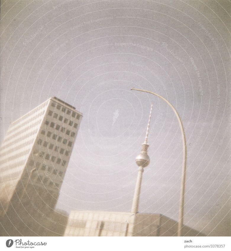 analoge Darstellung des Fernsehturmes am Alexanderplatz in Berlin Holga Lomografie Himmel Dia Menschenleer Scan Stadt Außenaufnahme Berliner Fernsehturm