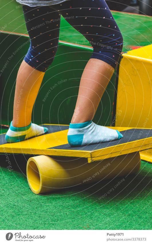Kind balanciert auf Balance Brett Freizeit & Hobby Gleichgewicht Holzbrett Mensch Beine 1 8-13 Jahre Kindheit Zirkus Artist Bewegung schaukeln Fröhlichkeit dünn