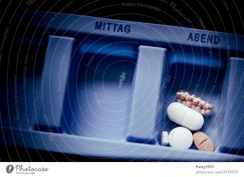 Medikamente in Tagesdispenser Gesundheit Gesundheitswesen Behandlung Tablette Tablettenbox dunkel Gedeckte Farben Nahaufnahme Detailaufnahme Menschenleer