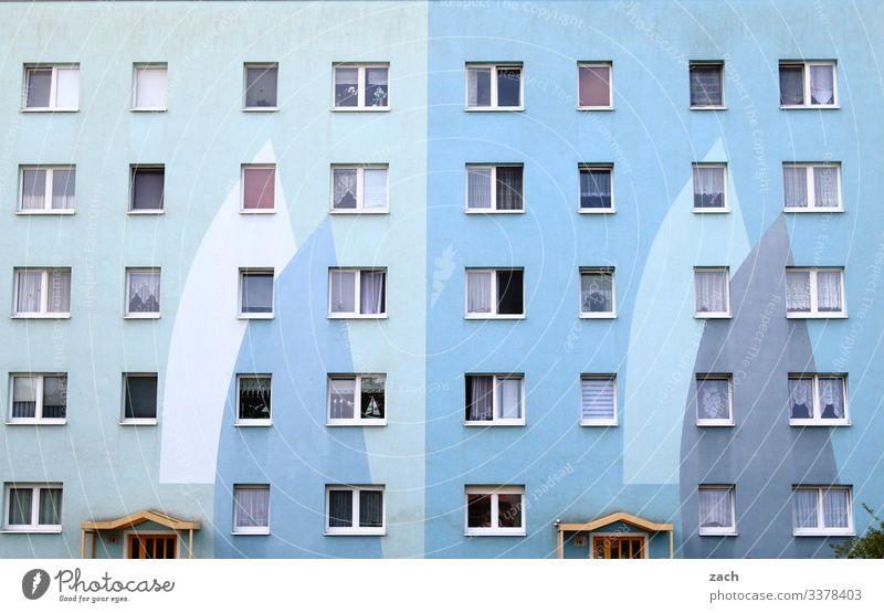 Fassade eines Hochhauses in blau Stadt Mauer Wand Tür Architektur Gebäude Linie Haus Hochhausfassade Plattenbau DDR DDR-Architektur Fenster Fensterfront