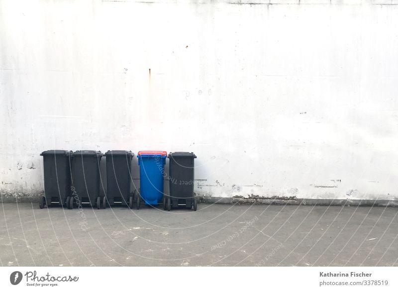 anders Mauer Wand stehen blau grau schwarz weiß Müll Fass Müllbehälter Recycling Recyclingcontainer außergewöhnlich Reihe Umwelt Farbfoto Außenaufnahme