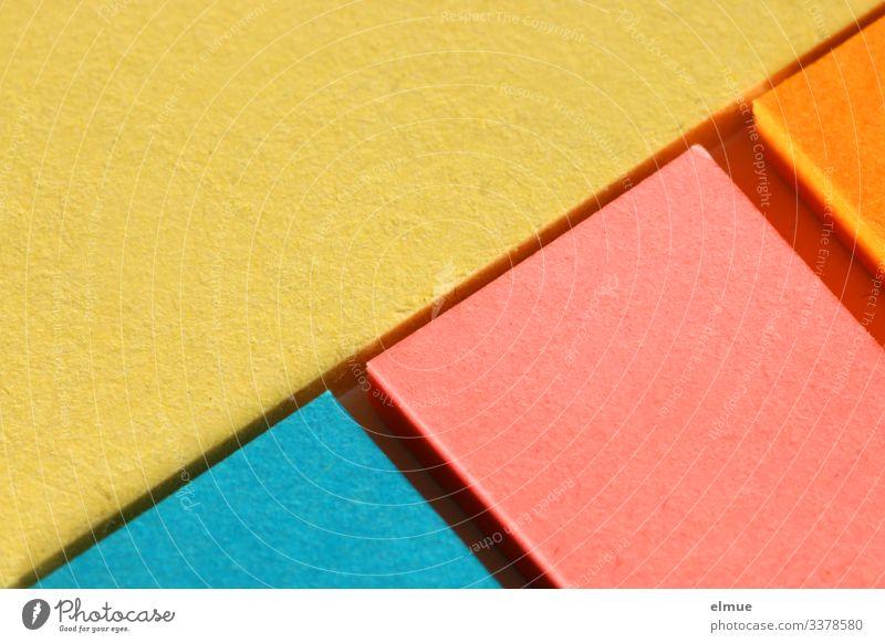 verschiedenfarbige Haftzettel Haftnotiz Hafties Farbe gelb orange rot blau diagonal Diagonale Dreieck Geometrie Lücke haften kleben Büro Büroarbeit Helfer
