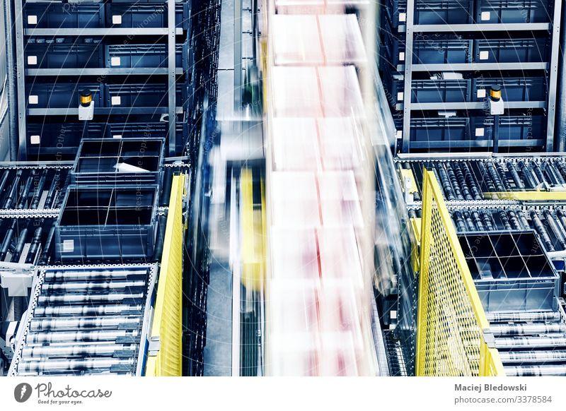 Fahrstuhl in einem automatischen Lager. Lagerhalle Fabrik Güterverkehr & Logistik Vertriebszentrum Förderband heben Verwaltungssystem automatisiert Rolle