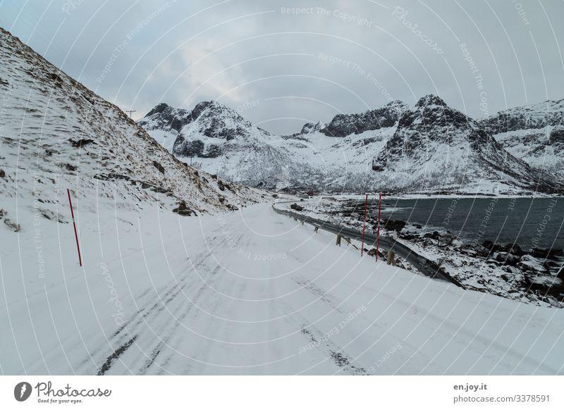 Verschneite Straße vor Winterlandschaft auf den Lofoten Ferien & Urlaub & Reisen Ausflug Schnee Winterurlaub Umwelt Landschaft Himmel Wolken schlechtes Wetter
