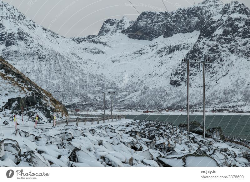 Winterlandschaft auf den Lofoten Ferien & Urlaub & Reisen Schnee Umwelt Natur Landschaft Eis Frost Felsen Küste Meer Verkehrswege Straße kalt Norwegen