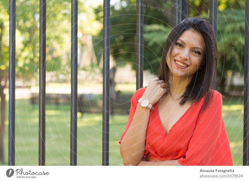 Frau lächelt Kamara gegen den Zaun an Mensch feminin Junge Frau Jugendliche Erwachsene Körper 1 18-30 Jahre Gefühle Stimmung Freude Glück Fröhlichkeit Coolness
